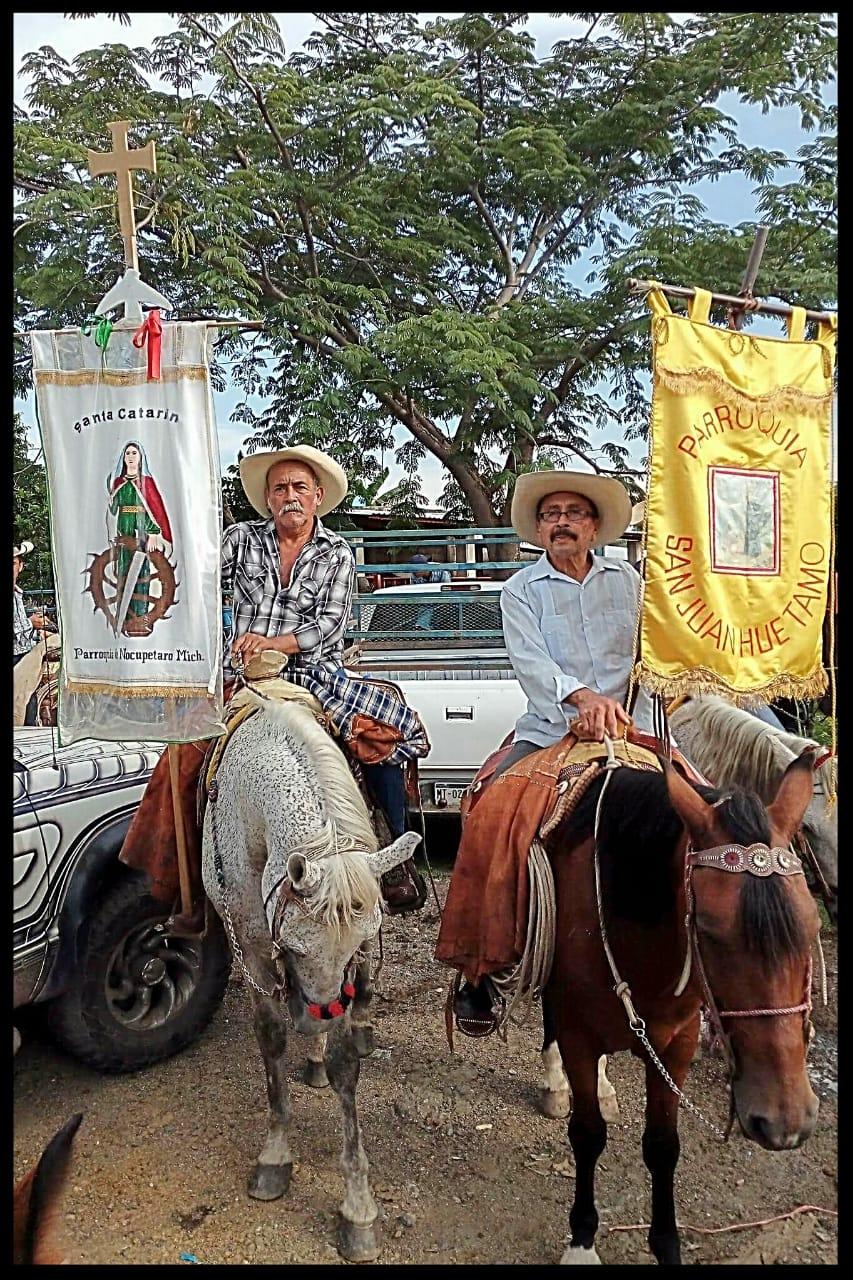 """El día de hoy 27 de agosto después de las 6:00 de la tarde, arriba a la iglesia de San Agustín y Santuario del Cristo Moreno """"señor de Carácuaro"""", la peregrinación de los encuerados de a caballo. Don Gregorio Peñaloza único sobreviviente de los iniciadores de esta cabalgata religiosa, nos relata que fue a inicios de la década de los 60's que dio su origen en la población de Huetamo y la cual se preserva hasta la fecha. yo tenía 18 años, en el año de 1971 cuando empecé a cabalgar junto a los primeros peregrinos de Huetamo a Carácuaro y la peregrinación ya tenía algunos años realizándose. Después de varios años los iniciadores de esta peregrinación, le cedieron el estandarte original a Don Gregorio, al ser el último que quedaba de los primeros encuerados de a caballo de Huetamo. Desde el día 26 de agosto salían de la iglesia de San Juan Huetamo y durante el trayecto al pasar por diferentes rancherias le gente les invitaba un taco, agua y pastura para los caballos y a si se hiban integrando más cabalgantes. La tarde del día 27 de agosto en los corrales de Carácuaro se realiza una sola concentración de caballos, donde se integra los amigos de a caballo de las comunidades de Carácuaro, Nocupetaro y recientemente los de Tecario, de ahí todos juntos se entra al pueblo por sus principales calles, encabezados por los estandartes de San Juan Huetamo y de la parroquia de Santa Catarina de Nocupétaro. Prof. Zefe León Nota; se les llama encuerados de a caballo, por que en sus inicios todos los cabalgadores llevan una cuera de gamuza de vaca o venado, prenda obligada que aún se usaba entre los rancheros de a caballo, para librarse de los espinos en persecuciónes de ganado, como cobija para los arrieros o como una elegante vestimenta en fiestas importantes. Según la historia está prenda fue usada por el mismo Don José María Morelos, cura de Carácuaro."""