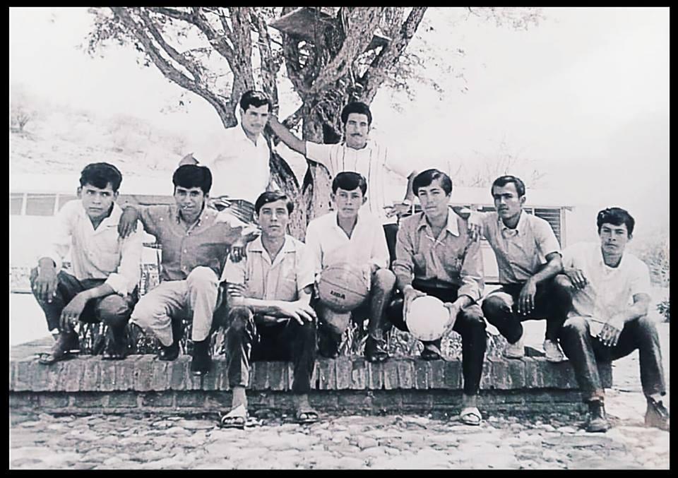 Continuando con la historia de la secundaria, en está imagen se muestran algunos alumnos y maestros de la primera generación que en 1968 nació como Escuela Tecnológica Agropecuaria